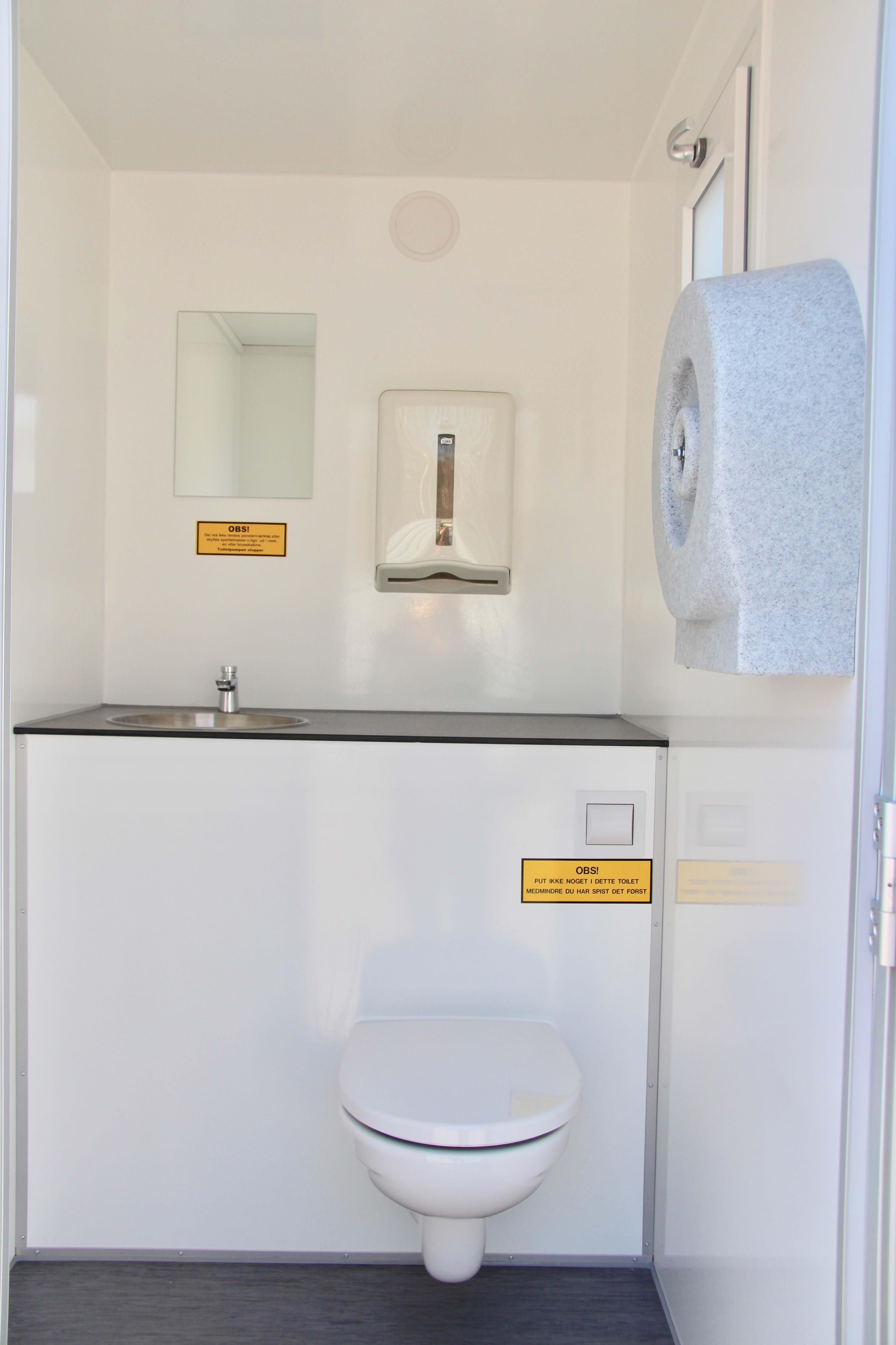 Mega Dobbelt toiletvogn m/vandvarmer (230 v)   Fridolf Udlejning FU86